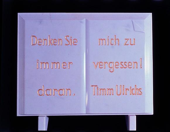 """Timm Ulrichs: Grabplatte """"Denken Sie immer daran, mich zu vergessen!"""