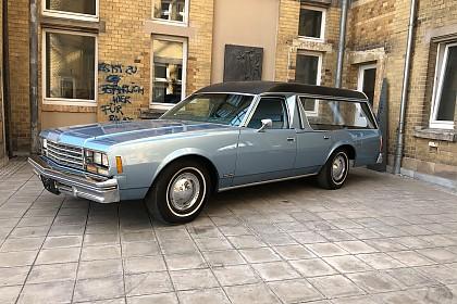 Chevrolet Impala als Bestattungswagen Baujahr 1978 im Innenhof