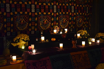Innenhof mit festlicher Beleuchtung, Ofrendas, Kakao und
