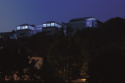 Das beleuchtete Museum auf dem Weinberg von der Südstadt aus gesehen