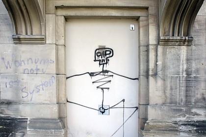Graffito und Spruch an der Eingangsseite des Museums