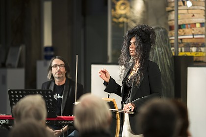 Musikduo Razani/ Wanning an Theremin und Keyboard