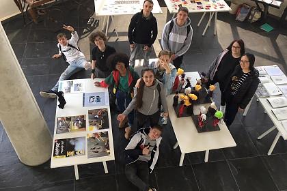 Die Schüler*innen in ihrer Ausstellung